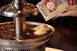 チョコレートを滑らかにするためにカカオバターを入れます♪