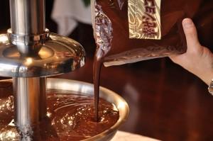 溶かしたチョコレートを使うと、時間短縮になりますよ