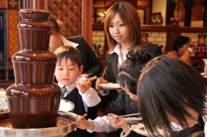 小さなお子様や女性に大人気のチョコレートファウンテン