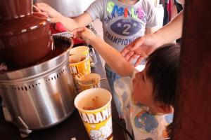 小さなお子さんから見たチョコレート・ファウンテンは魔法のようかも!!