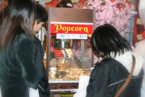 オープン記念イベントに、美味しい香りで大人気のキャラメルポップコーン!!