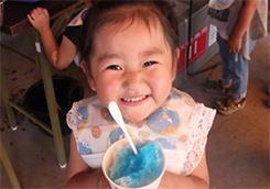 美味しいかき氷を食べて、かわいい笑顔♪