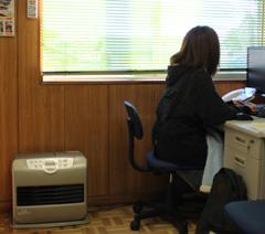 石油ファンヒーターは、部屋の端に設置すると暖房効果が高いですね!