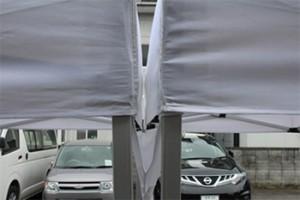 雨樋で、テントとテントの間から垂れてくる雨水を防げます