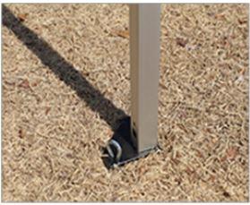 テントのフレームに直接ペグを打ち込む場合は、地面に直角に打つ
